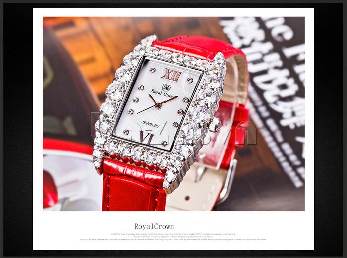 Những viên pha lê lấp lánh khiến cho chiếc đồng hồ tỏa sáng