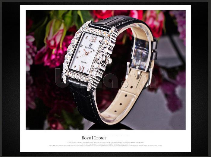 Sự kết hợp hài hòa giữa mặt pha lê và dây da làm nên chiếc đồng hồ nữ đẳng cấp