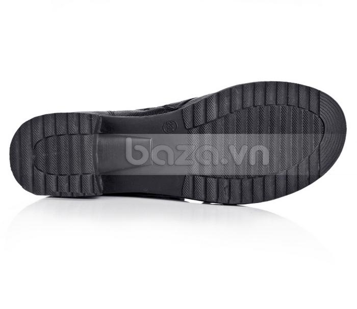 Đế giày cao su được thiết kế những khe rãnh sâu để chống trơn trượt