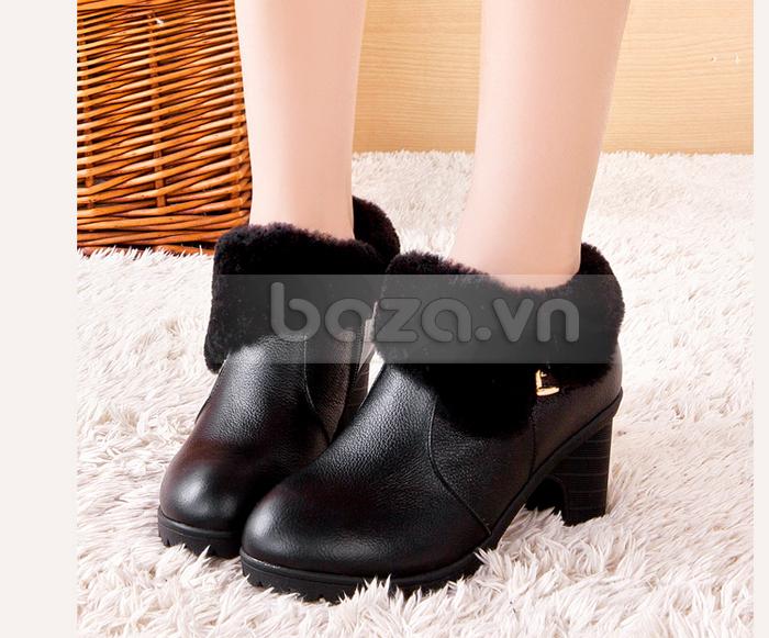Màu đen của da giày và của lớp lông hài hòa làm nên đôi bốt sang trọng và đẳng cấp