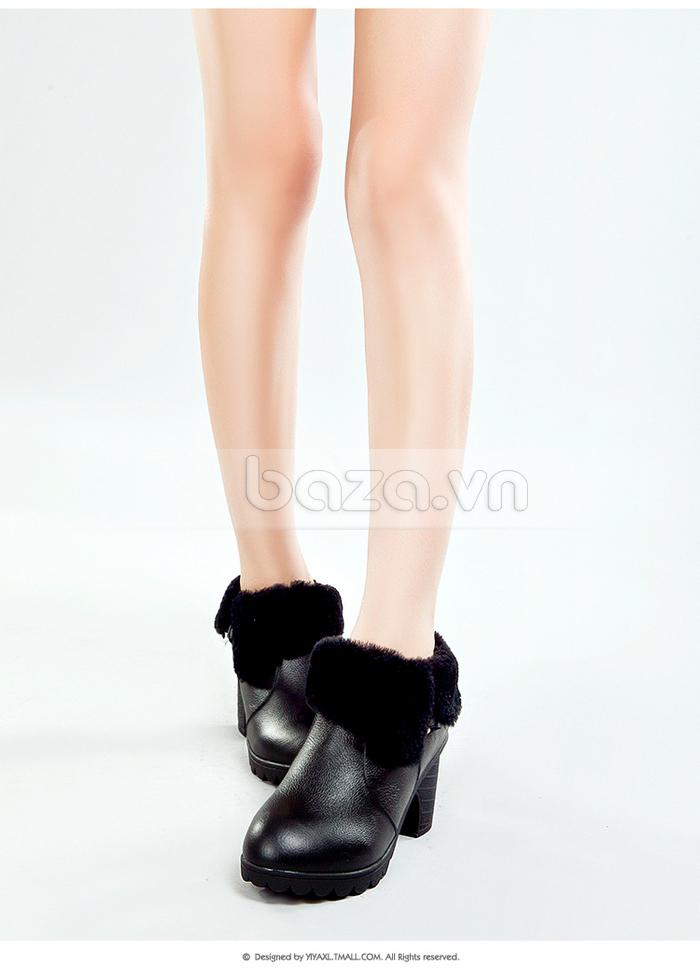 Điểm nhấn của đôi ankle boots nữ này là phần cổ lông đen tuyền sang trọng