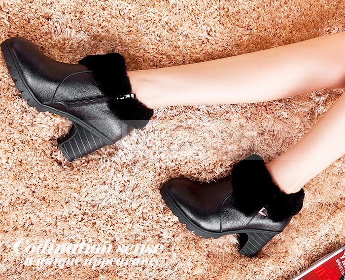 Thiết kế khóa kéo được may khéo léo ở mặt bên trong đôi boots làm tăng thêm tính thời trang