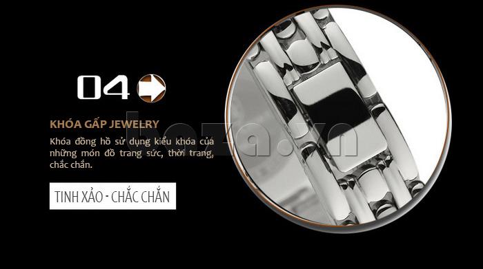 Chiếc đồng hồ sử dụng kiểu khóa gấp của những món đồ trang sức khá tinh tế