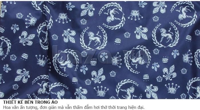 Thiết kế bên trong áo nổi bật với những hoa văn ấn tượng và hiện đại