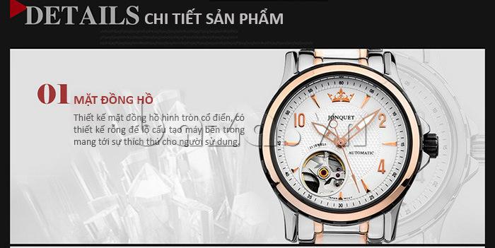 Mặt đồng hồ thiết kế tròn cổ điển, chạm rỗng để lộ cấu tạo bộ máy cơ