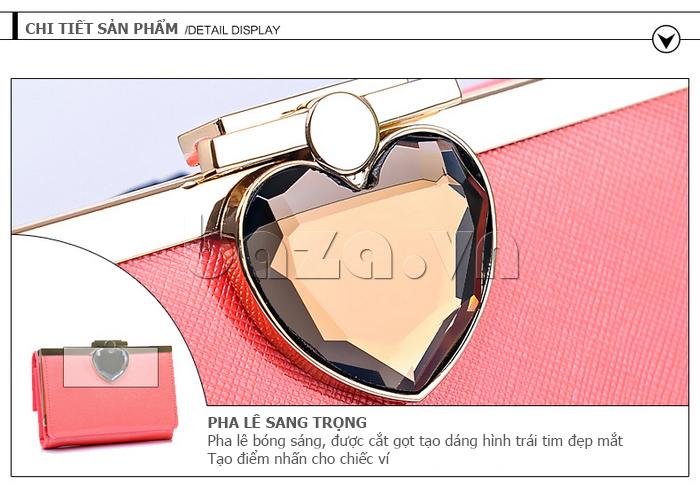 Chiếc ví được gắn pha lê sang trọng, bóng sáng, cắt gọt tạo hình trái tim đẹp mắt