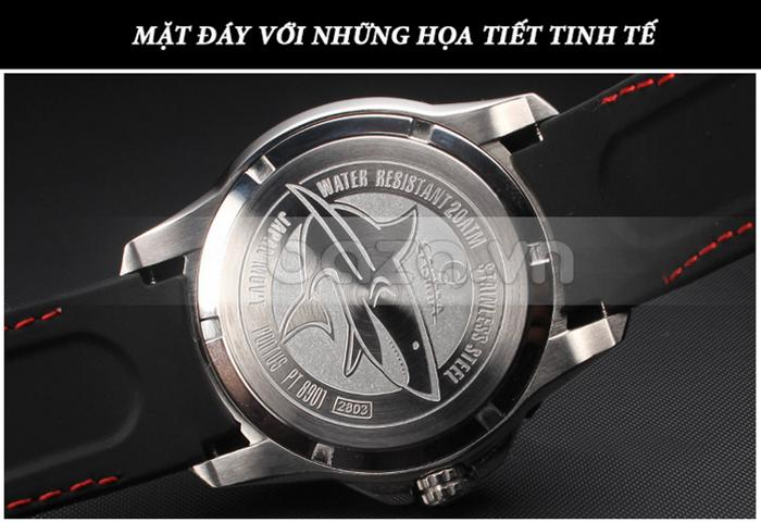 Mặt đáy đồng hồ nổi bật với những họa tiết tinh tế