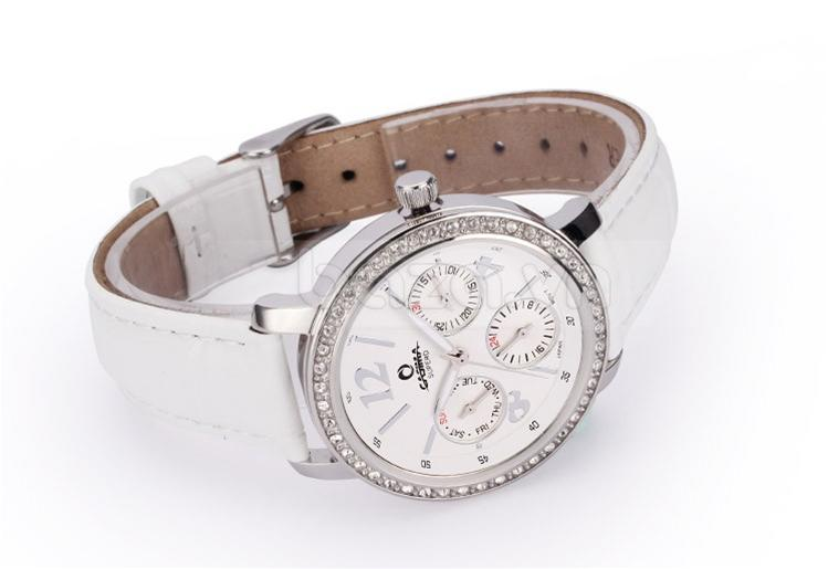 Chiếc đồng hồ nữ thời trang được tích hợp 3 mặt đồng hồ phụ xem giờ 24, xem phút và xem lịch tuần
