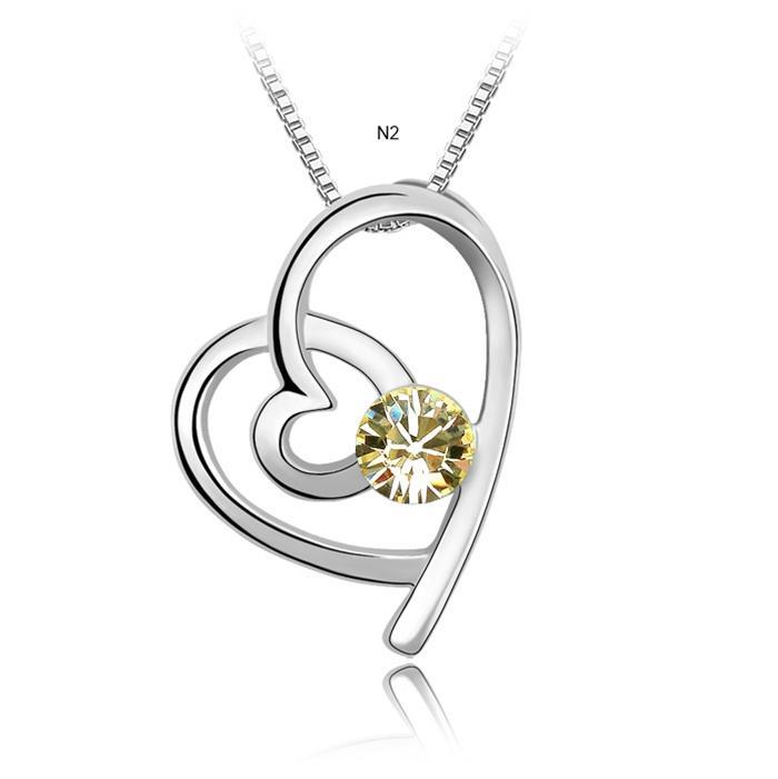 Màu vàng cá tính của dây chuyền trái tim hòa hợp
